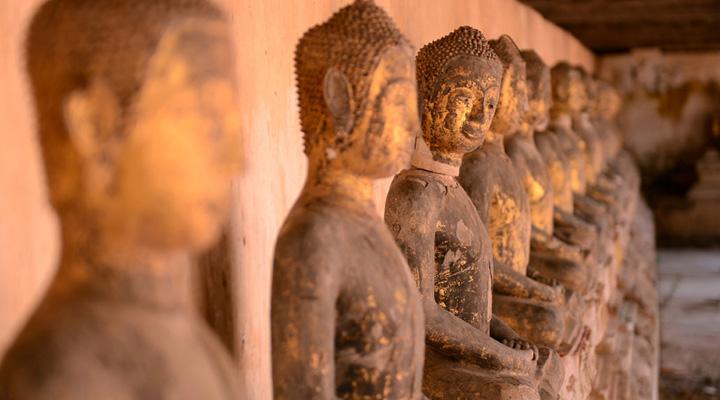 Reihe von Buddha-Statuen im Wat Khanon Tempel, Ratchaburi, Thailand