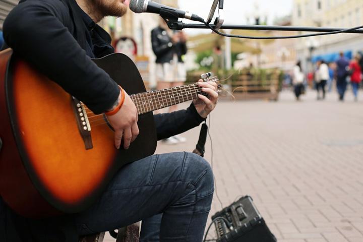 Straßenmusiker spielt Gitarre